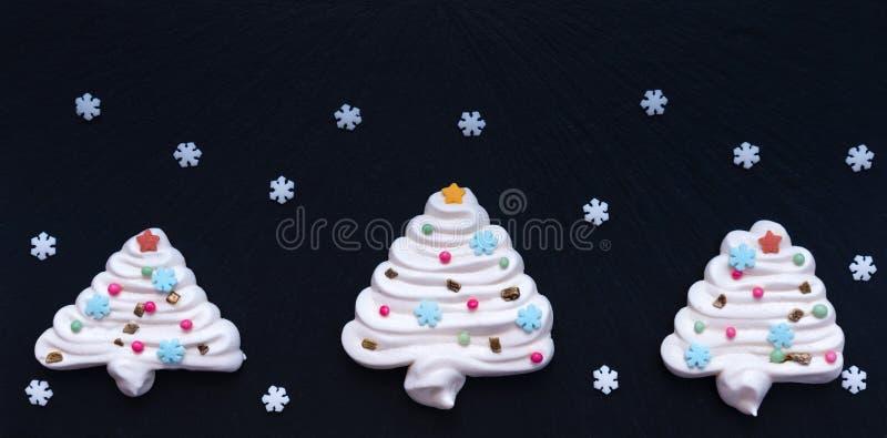 Albero di Natale fatto da meringa con gli snowflackes bianchi immagini stock libere da diritti