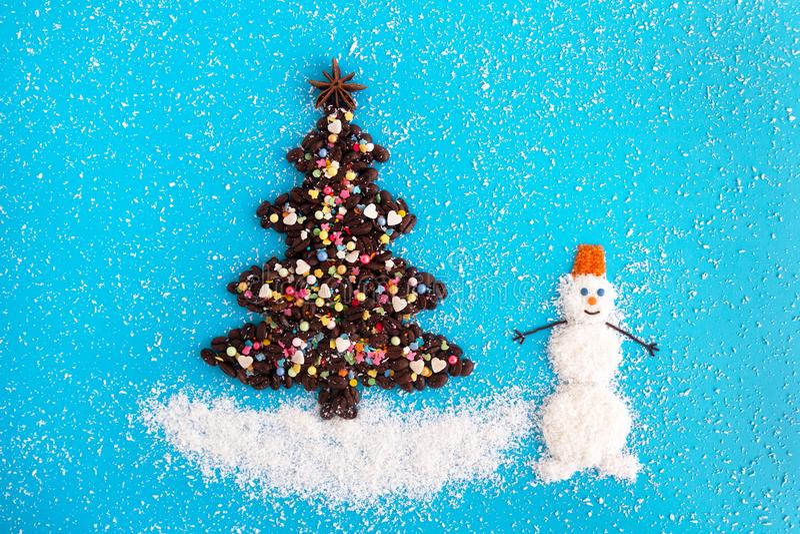 Albero di Natale fatto dai chicchi di caffè e dalla spruzzatura decorata e culinaria e dai chip della noce di cocco su un fondo b fotografia stock libera da diritti