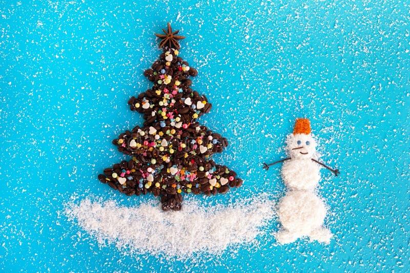 Albero di Natale fatto dai chicchi di caffè e dalle patatine fritte culinarie decorate della noce di cocco e di spruzzatura su un fotografia stock libera da diritti
