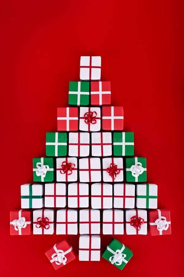 Albero di Natale fatto dei contenitori di regalo minuscoli immagini stock libere da diritti