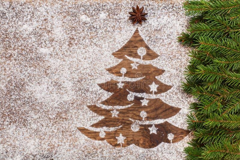 Albero di Natale fatto di farina su superficie di legno fotografia stock libera da diritti