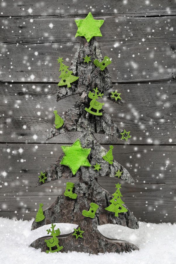 Albero di Natale fatto a mano con la decorazione verde di feltro fotografie stock