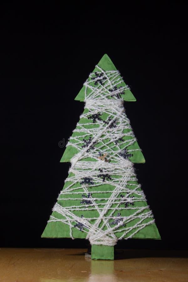Albero di Natale fatto a mano fatto da carta e dal filo immagine stock libera da diritti