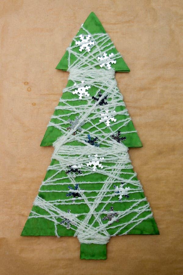 Albero di Natale fatto a mano fatto da carta e dal filo fotografie stock libere da diritti