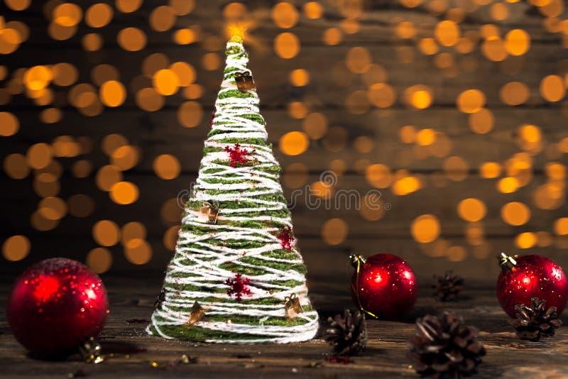 Albero di Natale fatto a mano nello stile rustico fotografia stock libera da diritti