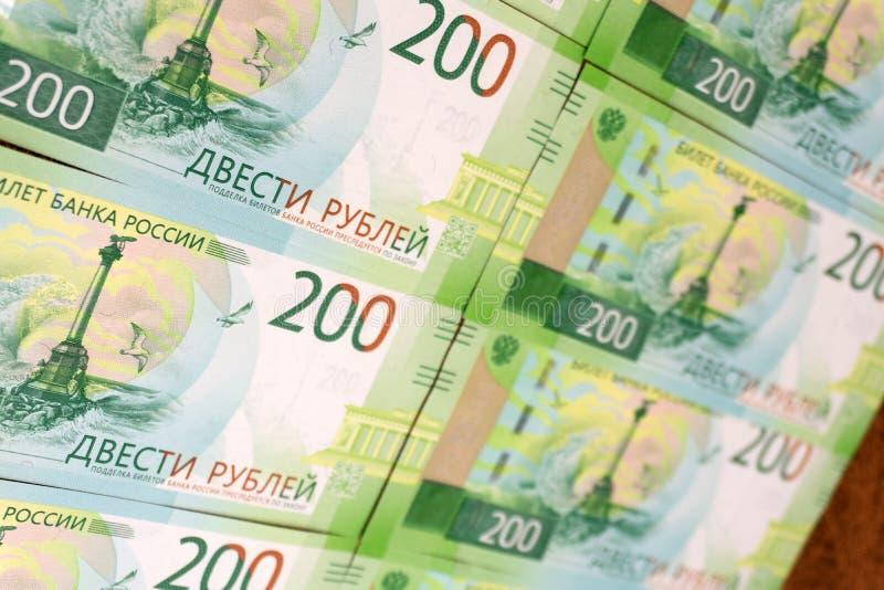 Albero di Natale fatto di soldi, le banconote russe di 5.000 e 200 rubli su un fondo bianco, nuovo anno fotografie stock libere da diritti