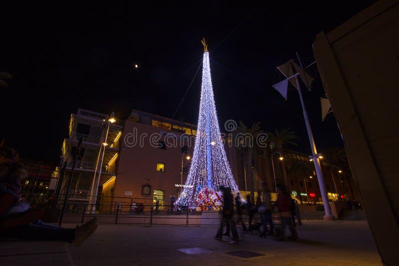 Albero di Natale illuminato nel vecchio antico di Oporto del porto di Genova, Italia fotografia stock libera da diritti