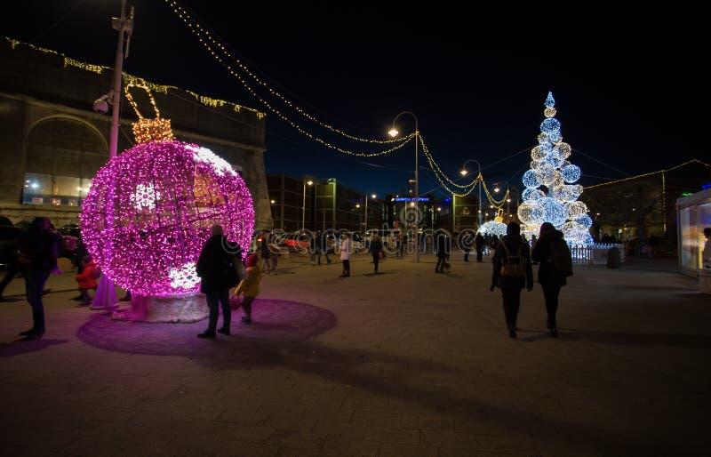 Albero di Natale illuminato nel vecchio antico di Oporto del porto di Genova, Italia immagine stock
