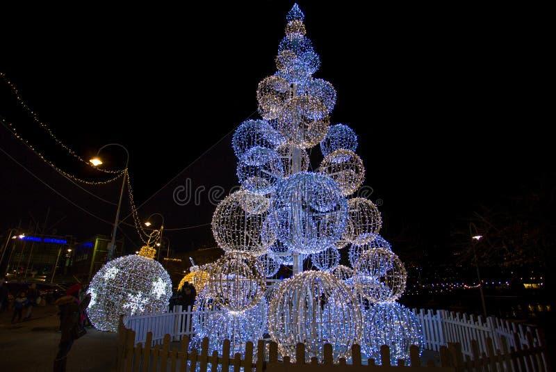 Albero di Natale illuminato nel vecchio antico di Oporto del porto di Genova, Italia immagini stock libere da diritti