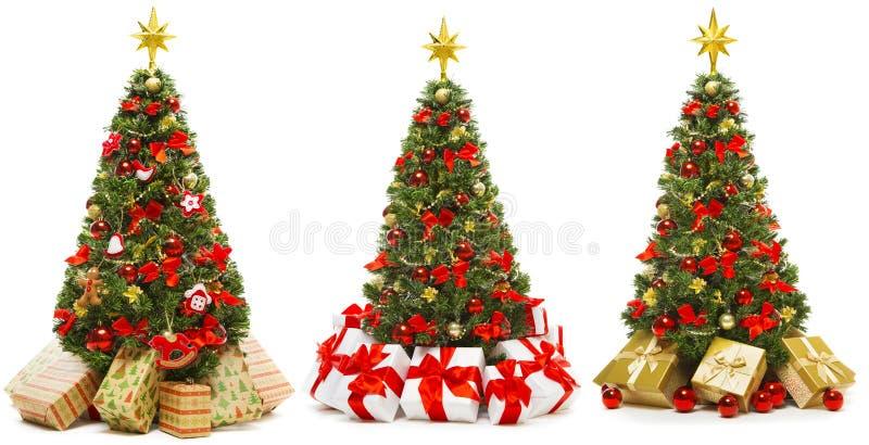 Albero di Natale isolato su bianco, set di albero di Natale decorato con scatole regalo presenti fotografia stock libera da diritti