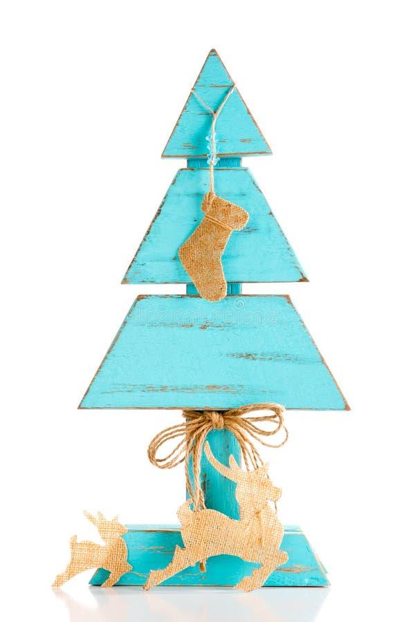 Albero di Natale di legno casalingo blu con lo stocki di natale della tela da imballaggio fotografia stock libera da diritti