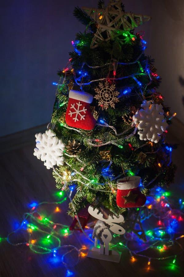 Albero di Natale meravigliosamente decorato nella stanza fotografie stock