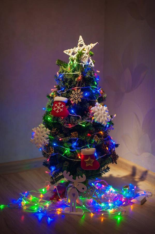 Albero di Natale meravigliosamente decorato nella stanza immagini stock