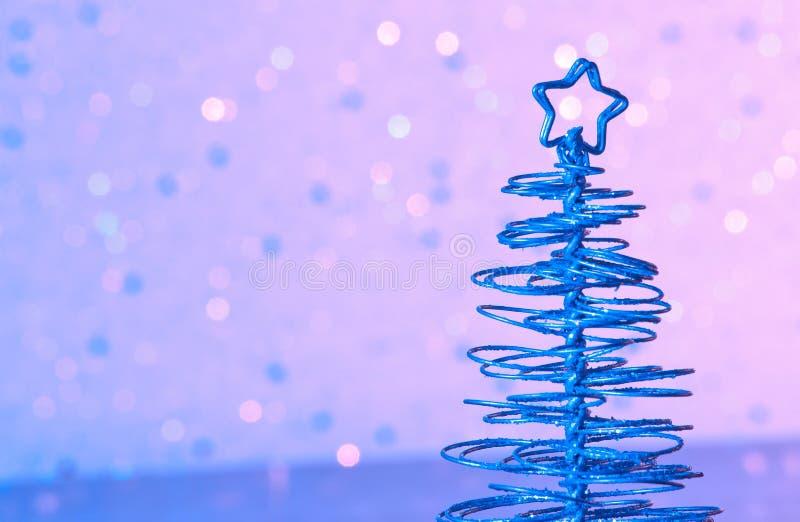Albero di Natale moderno metallico blu sulla tavola di legno fotografie stock
