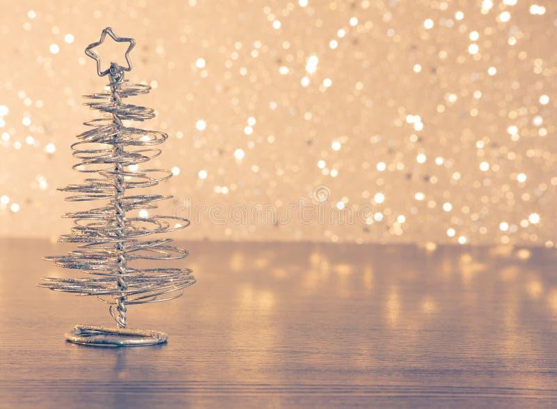 Albero di Natale moderno metallico sulla tavola di legno fotografia stock libera da diritti
