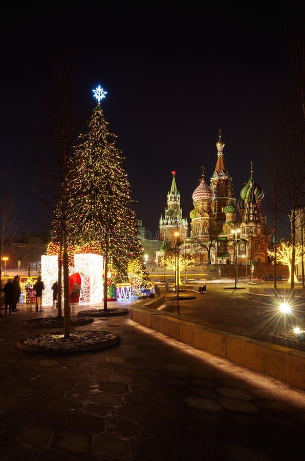 Albero di Natale nel centro di Mosca vicino al quadrato rosso, Russi fotografia stock