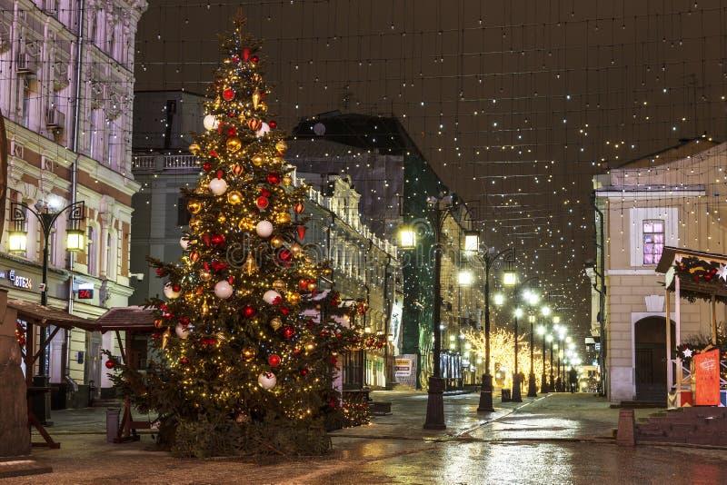 Albero di Natale nel vicolo di Kamergersky, Mosca, immagini stock