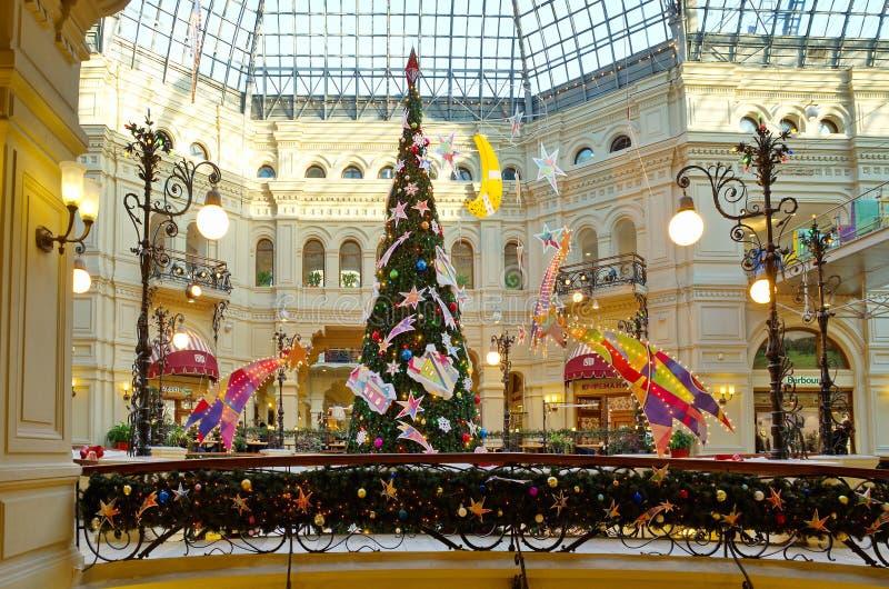 Albero di Natale nell'interno festivo di gomma, Mosca, Russia immagine stock