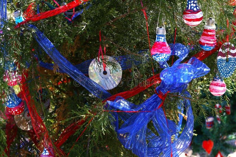 Albero di Natale patriottico in Fort Myers, Florida, S.U.A. fotografia stock libera da diritti