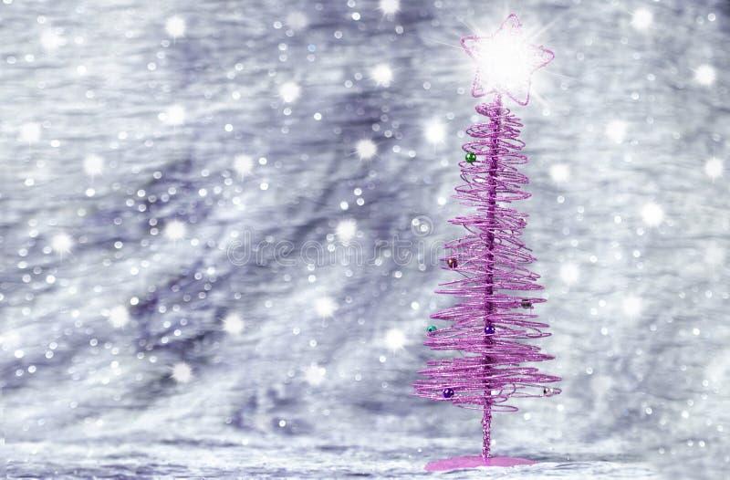 Albero di Natale porpora con fondo d'argento fotografia stock libera da diritti