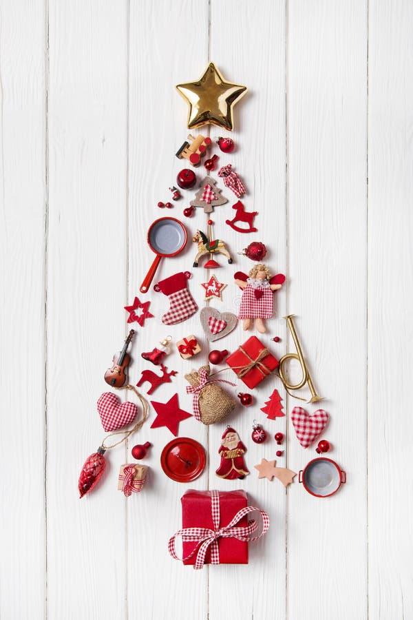 Albero di Natale rosso di una collezione di piccoli pezzi per il decoratio fotografia stock