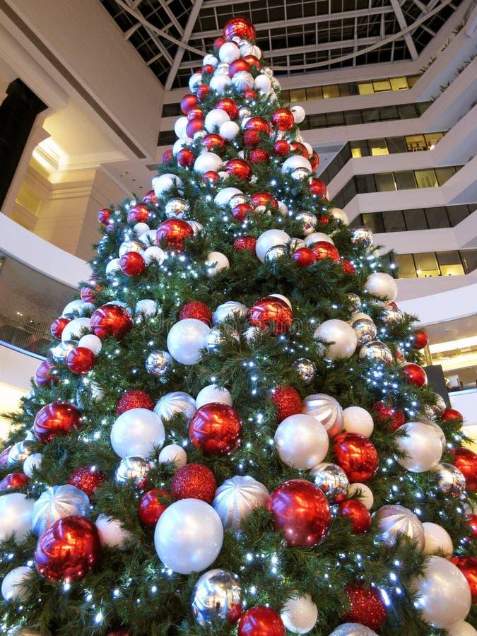 albero di natale rosso e bianco immagine stock - immagine di