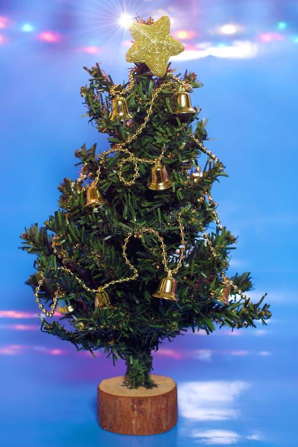 Albero di Natale su priorità bassa e su indicatori luminosi blu immagine stock libera da diritti