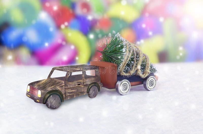 Albero di Natale su un'automobile del giocattolo nell'inverno fotografie stock