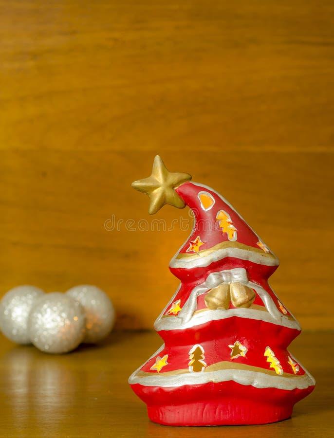 Albero di Natale su una priorità bassa di legno immagini stock libere da diritti