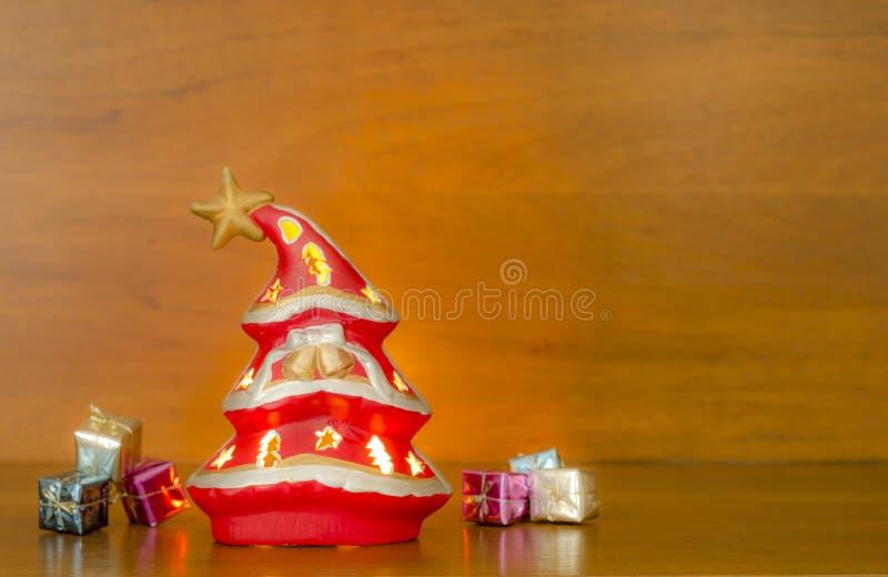 Albero di Natale su una priorità bassa di legno immagine stock