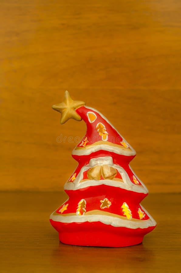 Albero di Natale su una priorità bassa di legno fotografia stock libera da diritti
