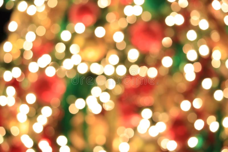 Albero di Natale sul fondo dorato leggero astratto del bokeh fotografia stock libera da diritti