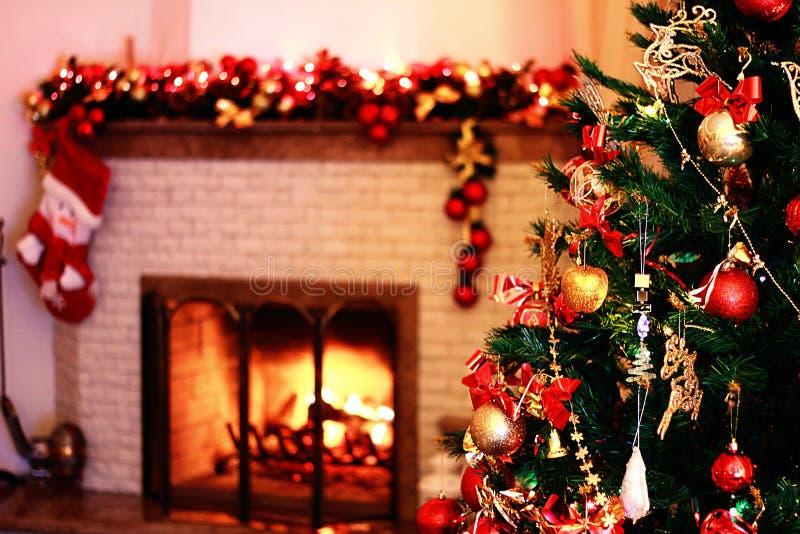 Albero Di Natale In Una Decorazione Festiva Con Un Camino