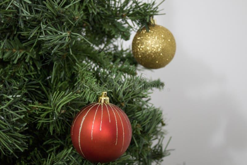 Albero di Natale verde con le palle dell'oro e rosse fotografia stock libera da diritti