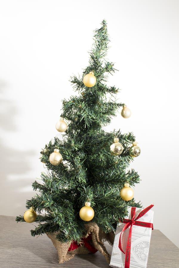 Albero di Natale verde con molti regali e decorazioni immagini stock libere da diritti