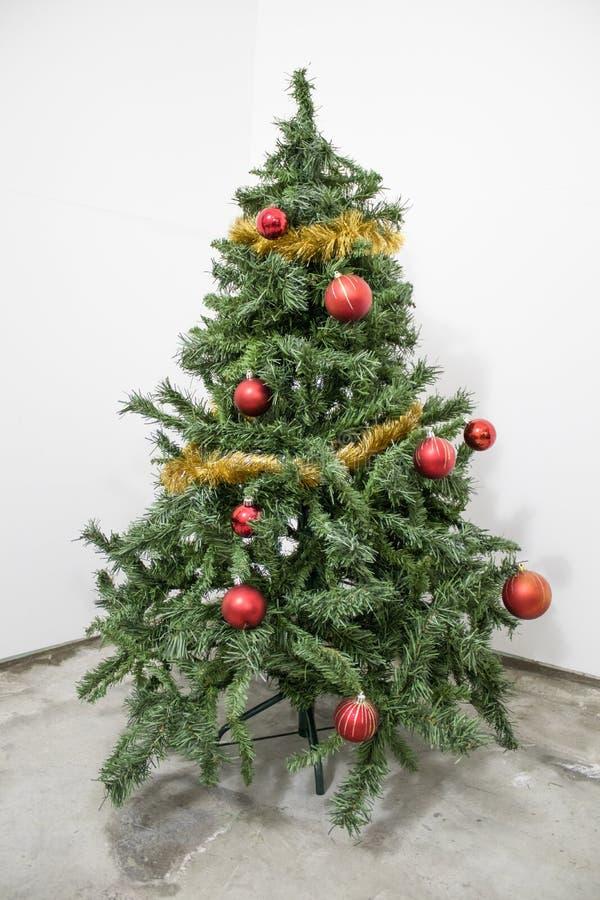 Albero di Natale verde dettagliato con le decorazioni rosse in sedere bianche fotografie stock libere da diritti