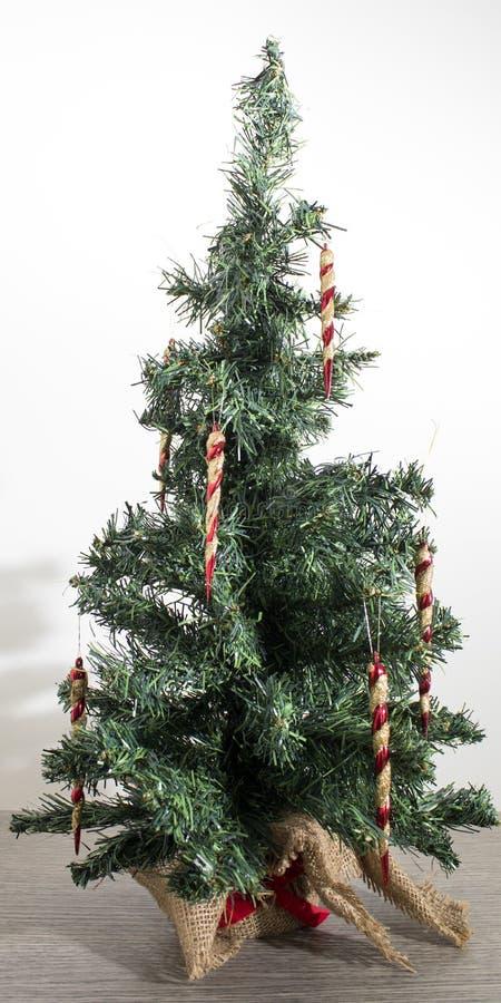 Albero di Natale verde dettagliato con le decorazioni rosse in sedere bianche fotografia stock libera da diritti