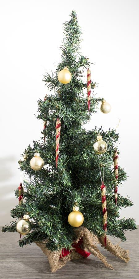 Albero di Natale verde dettagliato con rosso e decorazioni dell'oro in a fotografia stock libera da diritti