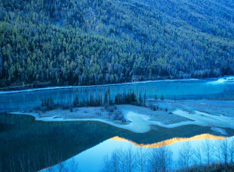 Albero e lago di autunno in kanas immagine stock libera da diritti