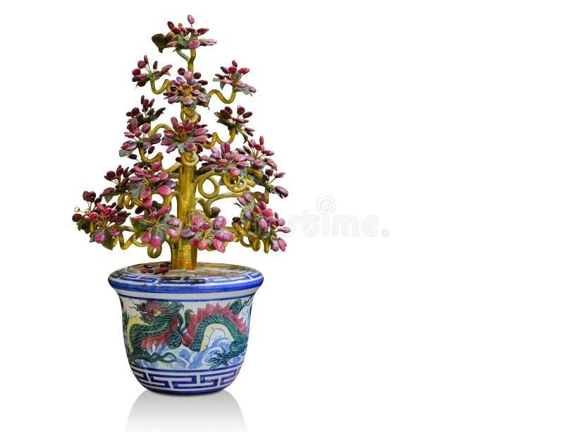 Albero fatto di vecchi gioielli in vaso ceramico blu su fondo bianco, fondo dell'oggetto, fondo di religione, spac della copia immagini stock