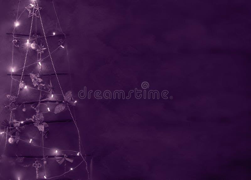 Albero simbolico di Natale delle luci intense, decorazioni, spazio in bianco per le cartoline d'auguri, posto dei giocattoli per  fotografia stock