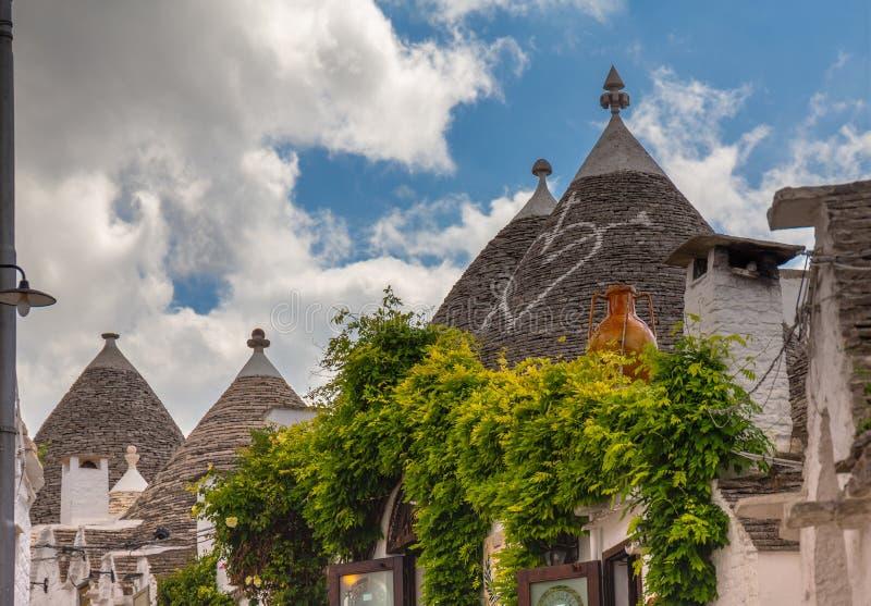 Alberobello, Apulia typowi domy z conical dachem obraz stock