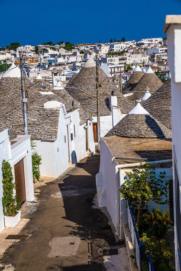 Alberobello avec des Chambres de Trulli - Pouilles, Italie image stock