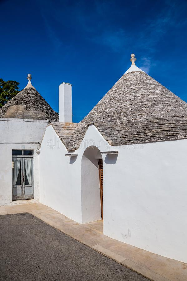 Alberobello avec des Chambres de Trulli - Pouilles, Italie photos stock