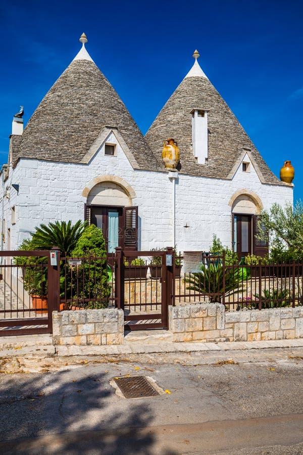 Alberobello avec des Chambres de Trulli - Pouilles, Italie photographie stock libre de droits