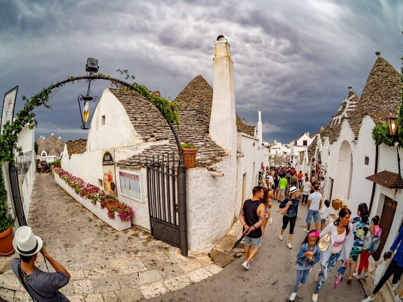 Alberobello com as casas artísticas de Trulli nas férias de verão foto de stock royalty free