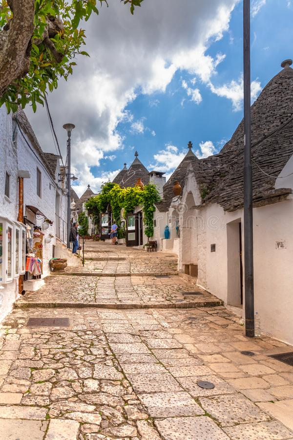 Alberobello no dia ensolarado do verão A cidade de Apulia original com casas cônicas Opini?o da rua fotografia de stock