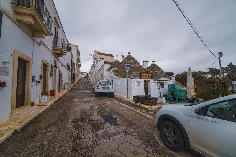 ALBEROBELLO, Piękny widok tradycyjni trulli domy z ich conical dachem na Luty 03 APULIA WŁOCHY, LUTY - 03 - obrazy royalty free