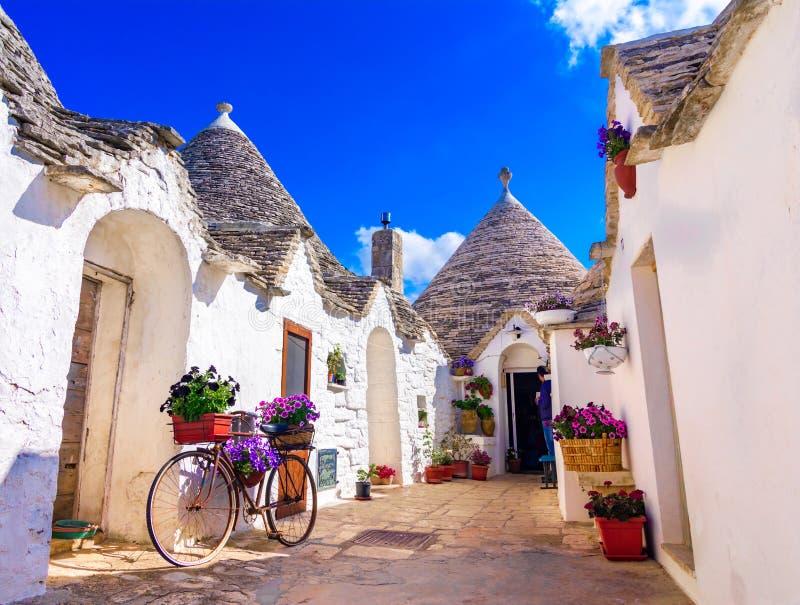 Alberobello, Puglia, Italien: Typische Häuser errichtet mit Trockenmauern und konischen Dächern lizenzfreies stockfoto