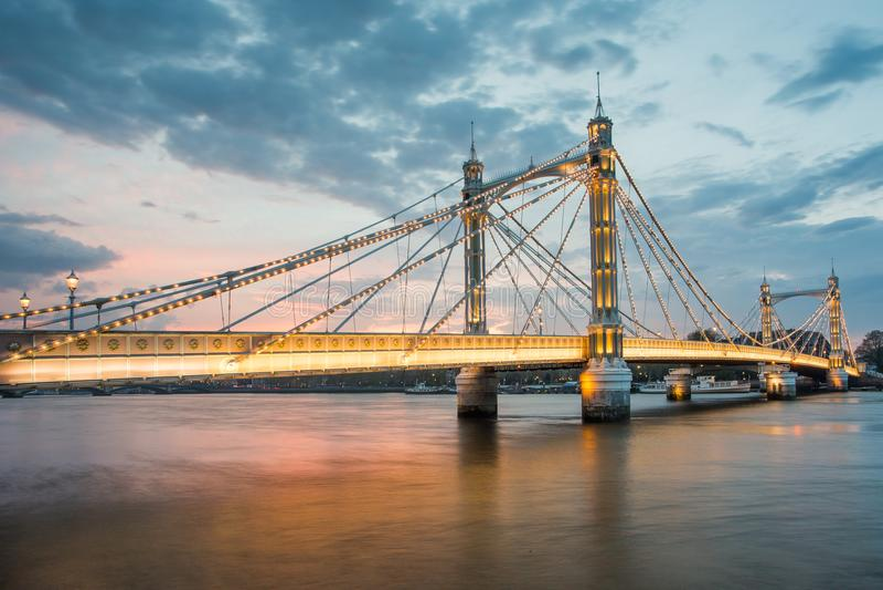 Albert Bridge e por do sol bonito sobre a Tamisa, Londres Inglaterra Reino Unido fotografia de stock royalty free